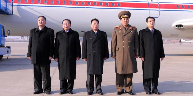 2014년11월 최룡해 일행이 평양순안공항에서 기념촬영