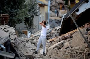 2048x1536-fit_un-homme-constate-les-degats-du-seisme-qui-s-est-produit-en-italie-le-23-08-16-filippo-monteforte