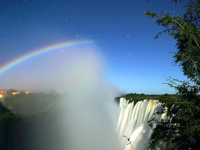 800px-Lunar_Rainbow_3_-_ORION_L_-_Victoria_Falls_-_Calvin_Bradshaw_3.jpg