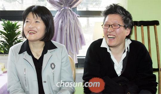 생전 절친했던 장영희(왼쪽)와 김점선은 나란히 암을 앓았다. 2009년 3월 김점선이 먼저 세상을 떴고, 장영희는 친구의 49재 날 눈을 감았다. /주완중 기자