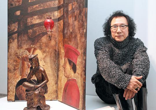 변종곤 작가가 동서양을 조합한 작품'르네상스의 침묵'옆에 앉았다.