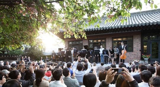 5일 오후 서울 북촌 윤보선 고택 안마당에서 열린 살롱 콘서트.