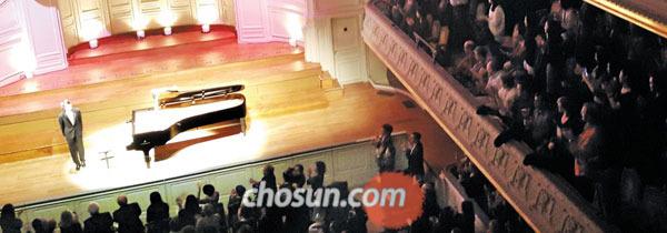 7일 오후 10시 30분(현지 시각) 프랑스 파리의 콘서트장 살 가보에서 첫 독주회를 마친 피아니스트 조성진에게 관객 900명이 기립 박수를 보내고 있다.