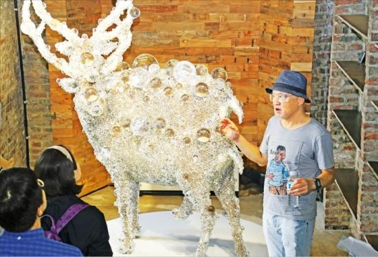 김창일 아라리오 회장이 일본 설치작가 코헤이 나와의 작품 '픽셀 더블 디어#7'을 설명하고 있다.