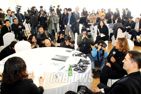 3월 11일 DDP개관 D-10일을 맞아 한국을 방문한 자하 하디드가 취재진들의 질문을 받고 있다. 사진 = 왕진오 기자