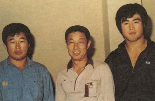 (1983년 제자인 이 만기가 제 1회 천하장사 타이틀을 거머진 직후 함께 찍은 사진. 부산일보 사진)