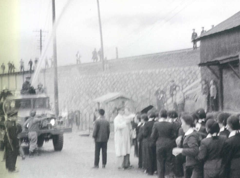 1960년 3월 15일, 시위 중인 마산여고생들에게 소방차가 물을 뿌리고 있다.