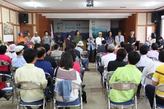 18,지난 5월9일 주민과 수강생이 참석한 가운데 개교식과 함께 강사진 소개를 하고 있다.JPG