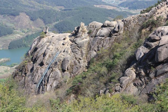 4모산재 올라가는 아찔한 암벽 등산로.JPG