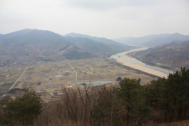 4.고소산성에서 내려다본 무딤이들판과 섬진강.JPG