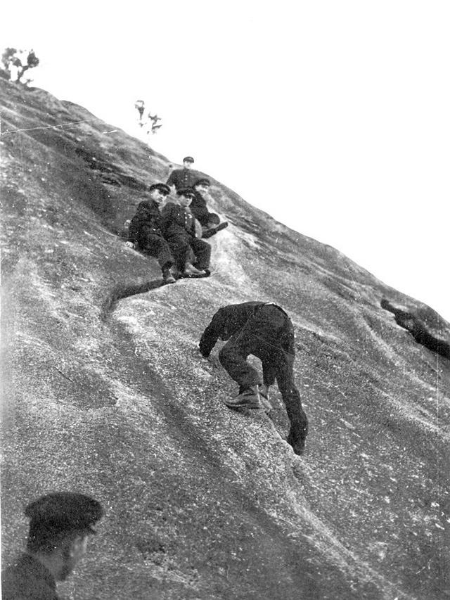 2. 군화나 운동화를 신고 인왕산 크랙을 오르는 1959년 경기고 산악부원들.jpg