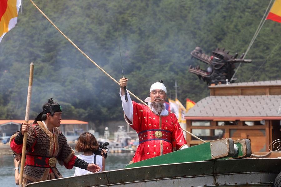 이순신 장군으로 분장한 축제위원장이 출정을 명령하고 있다.