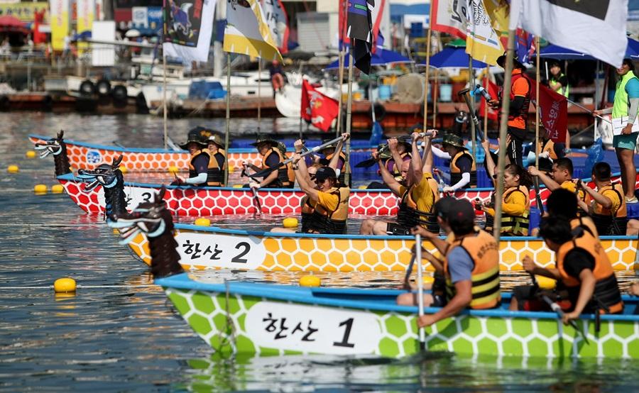 한산대첩 축제 기간 중에는 많은 사람들이 거북 노젓기 대회도 펼친다.