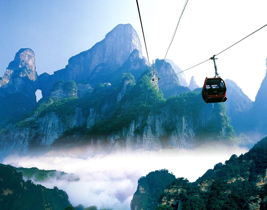 세계 10대 절경에 꼽히는 중국 황산에서 운행하고 있는 케이블카가 천하절경의 경관을 해치고 있다.