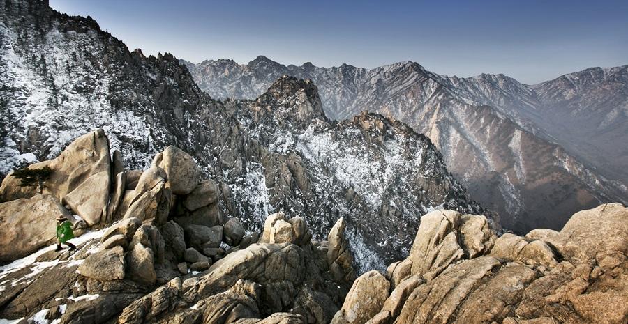 설악산 케이블를 타고 내려 얼마 올라가지 않으면 아름다운설악산 능선과 함께 권금성을 즐길 수 있다.