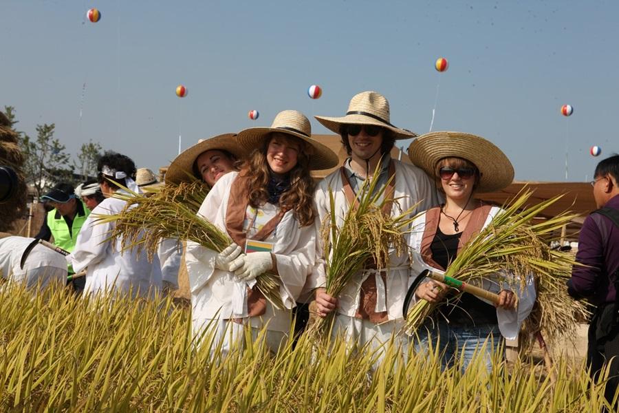 김제 지평선축제 벼고을체험행사에 외국인도 참여해 기념촬영하고 있다.