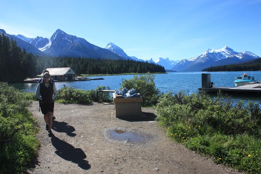 캐나다에서 두 번째로 큰 빙하호수인 말린 호수에서 외국인이 산책을 즐기고 있다. 고요하고 잔잔한 모습이 사람을 안정시키는 듯하다.