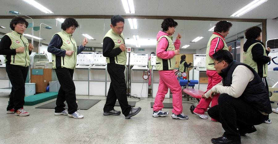 한 걷기 동아리 회원들이 올바른 걷기 자세 훈련을 받고 있다.