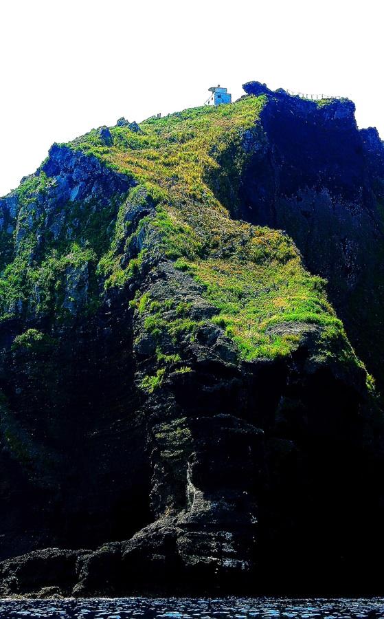 바다에서 본 독도의 한반도 바위.
