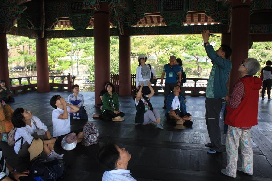 조용헌 박사가 촉석루 누각의 구조에 대해서 참가자들에게 설명하고 있다.