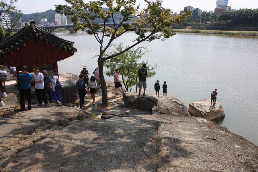 논개가 왜장을 끌어안고 남강으로 투신했다는 바위가 오른쪽에 홀로 외로이 남아 역사를 전하고 있다.