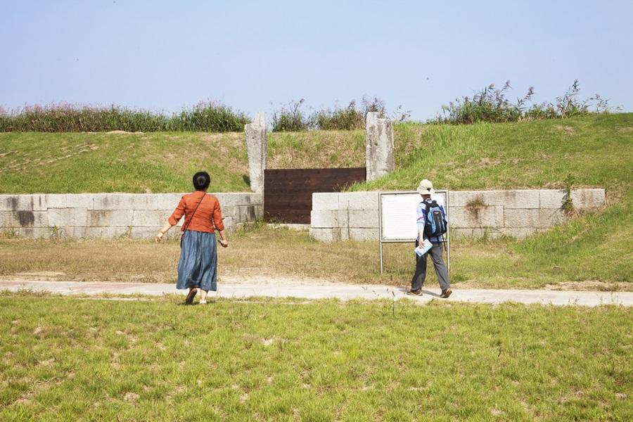 현재까지 남아 있는 김제 벽골제의 5개의 수문 중의 하나를 보기 위해 가고 있다.