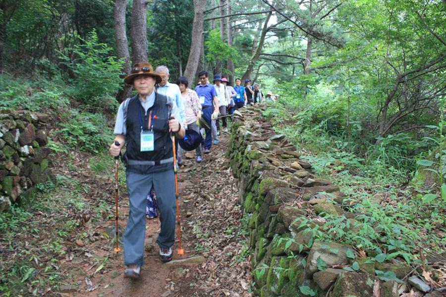 조용헌 박사와 함께 하는 힐링트레킹 참가자들이 미륵산에서 하산하고 있다.