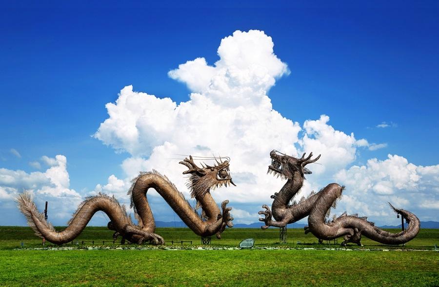 벽골제 제방을 쌓을 때의 전설을 간직하고 있는 청룡과 백룡의 모형이 파란 하늘에 피어오른 뭉게구름과 잘 어울린다. 이 모형을 살려 지평선 축제 때 쌍용놀이를 한다. 사진 김제시청 제공