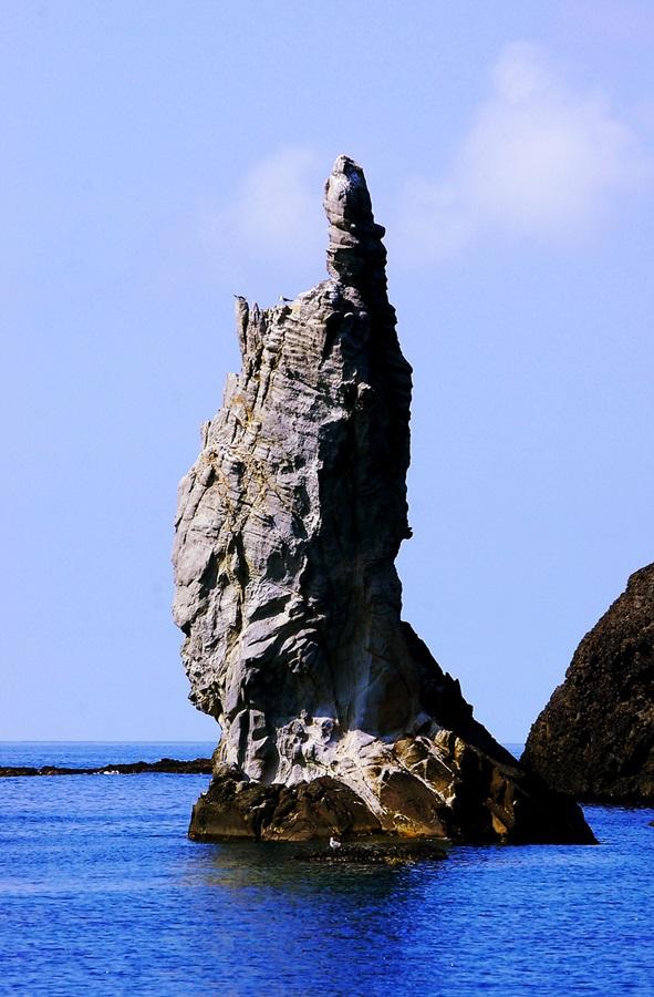동해의 비경 중의 하나로 꼽히는 촛대바위.