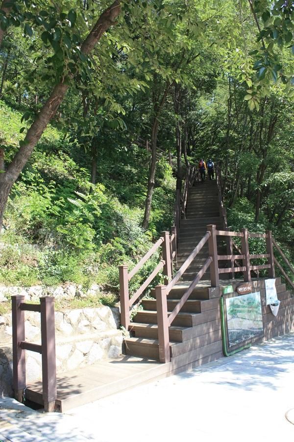 계산2동 주민센터에서 계양산으로 올라가는 등산로 입구의 모습이다.