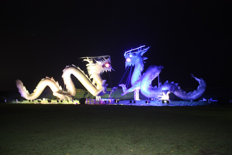 벽골제 옆의 쌍룡이 밤에는 각각의 색을 발한다.