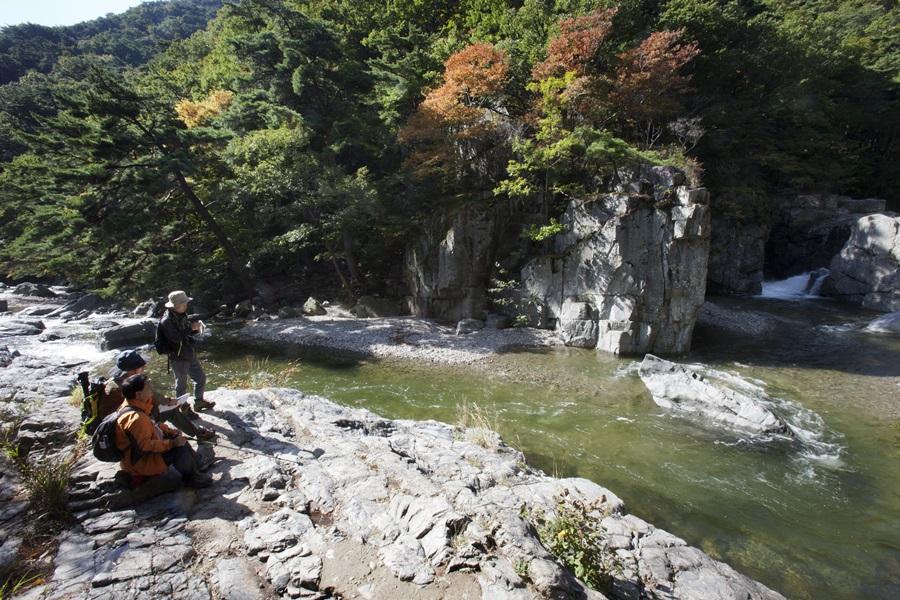 내연산의 폭포는 수량이 풍부해 여름에도 많은 사람이 찾아 더위를 식힌다.