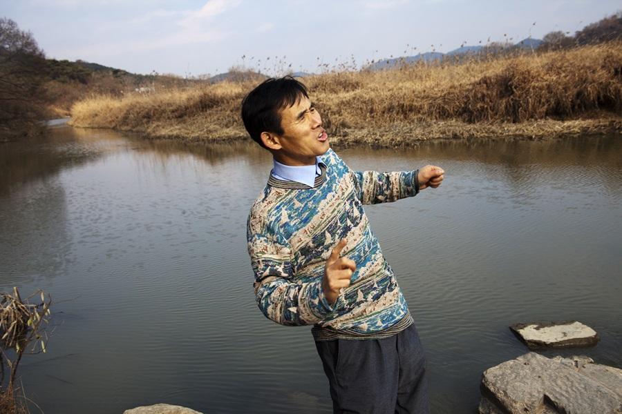 노용호 박사가 우포늪을 돌다 생태춤을 선보이고 있다.
