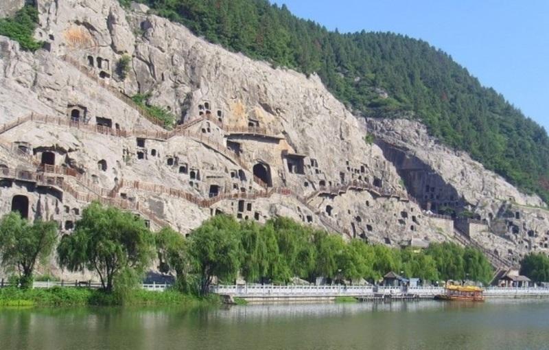 중국의 7대 고도 중의 하나인 하남성의 대표적인 유적이자 중국 3대 석굴 중의 하나인 용문석굴에는 연중 방문객이 끊이질 않는다.