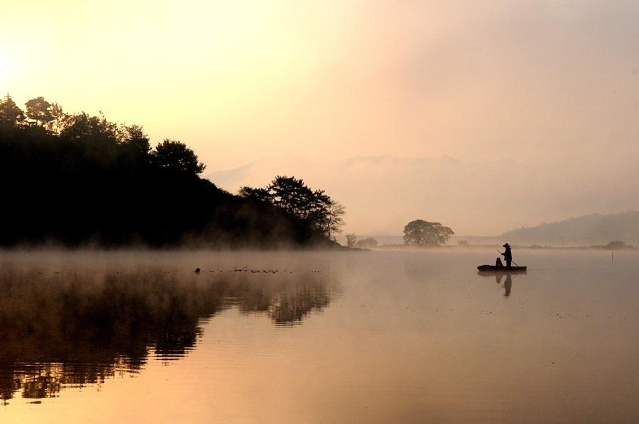우포 한 가운데서 한 어부가 장대배를 타고 어업활동을 하고 있는 장면이 환상적이다.