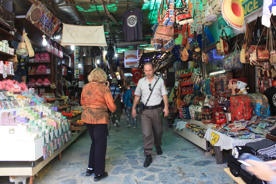터키 에페스 마을에 있는 사람들은 그리스 사람과 구분이 안 될 정도로 비슷하게 닮았다.