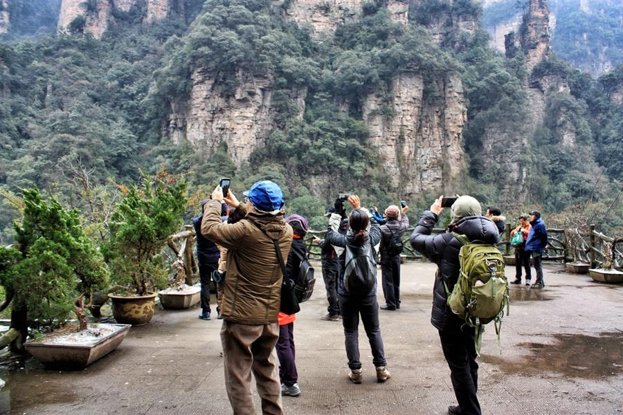 우뚝 솟은 봉우리가 신기한 사람들이 일제히 카메라를 들고 모습을 담고 있다.