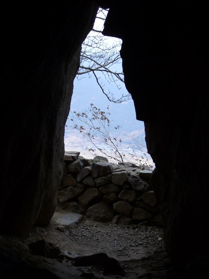 구례 사성암의 도선굴. 도선이 지리산의 이인(異人)을 만났던 곳으로 추정된다.