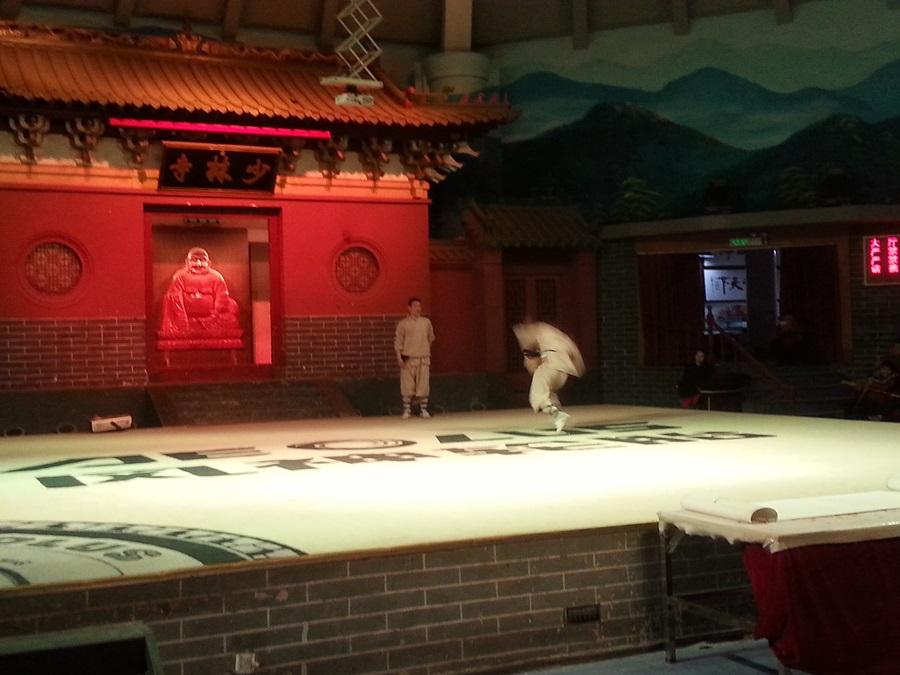 소림사 승려들이 한 명씩 나와 그동안 수련한 무술을 보여준다.