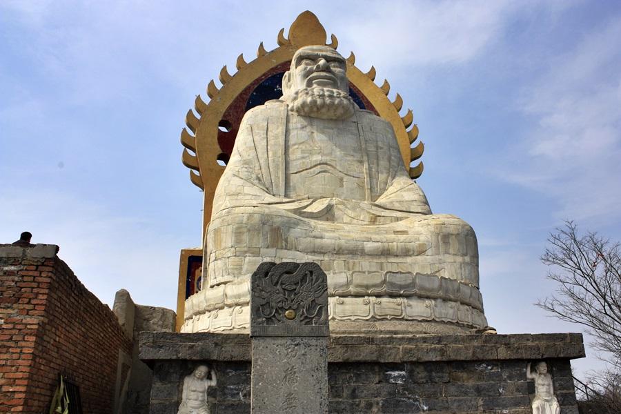 달마동 위에 있는 달마대사의 거대한 동상. 산 봉우리에 있어 멀리서 봐도 매우 커다.