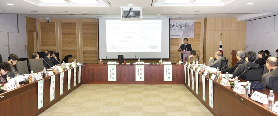전국 풍수 관련 학자 및 전문가들이 국회 세미나실에 모여 풍수의 인류 무형문화유산적 가치평가에 대한 학술대회를 열었다.