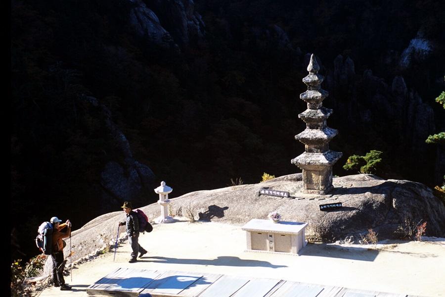 부처님 진신사리가 봉안된 설악산 봉정암 5층석탑에는 연중무휴로 기도하는 사람이 끊이질 않는다.