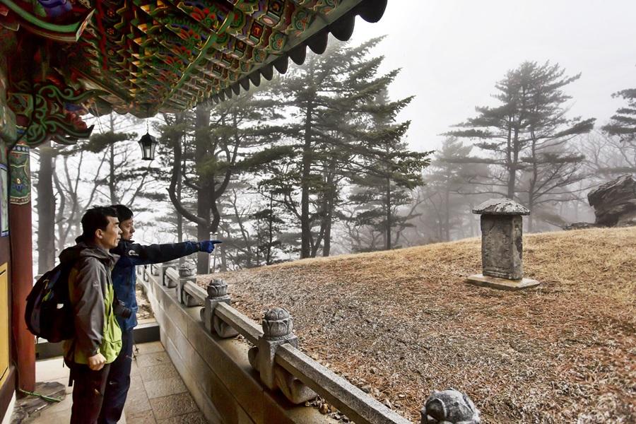 국립공원관리공단 박기연 성과관리실장이 오대산 적멸보궁 '세존진신탑묘'을 보면서 설명하고 있다.