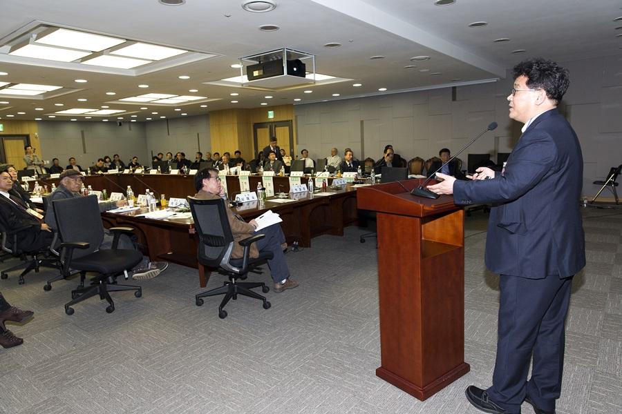 전국 풍수 관련 학자 및 전문가들이 모여 발표자의 발표를 듣고 있다.