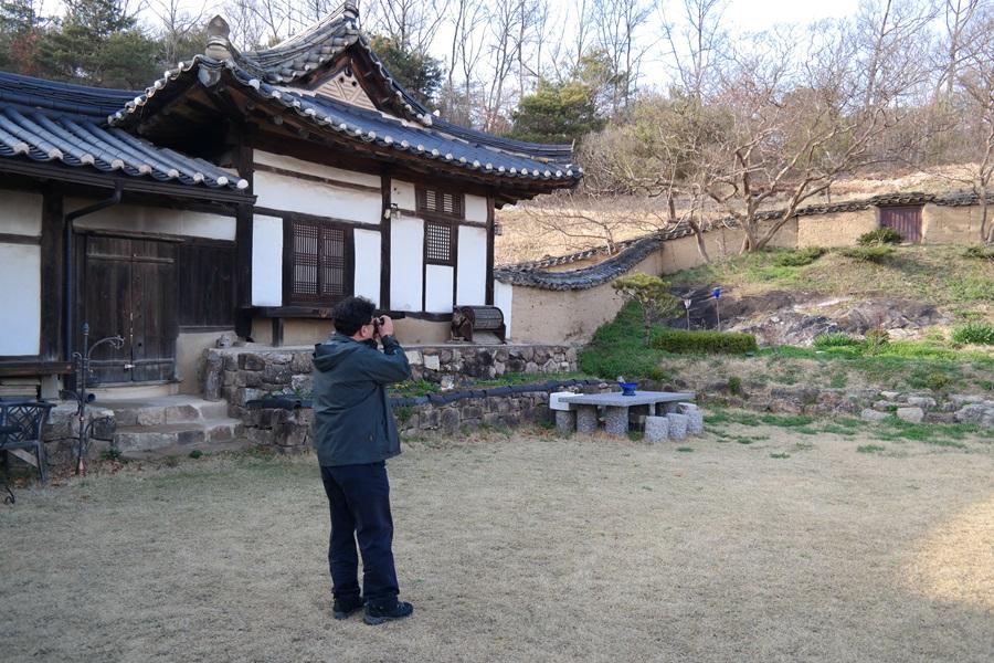 서울대 박수진 교수가 안동 김씨 종택의 석맥을 보고 카메라에 담고 있다.