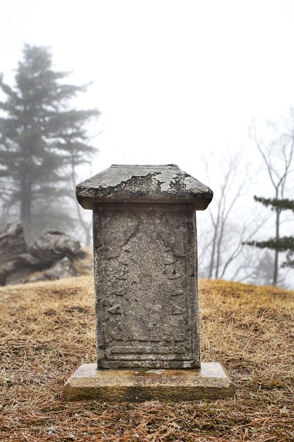 오대산 적멸보궁의 세존진신탑묘. 1m가 채 안 되는 탑묘에 탑을 새겨 어딘가에 진신사리가 봉안돼 있다는 사실을 알려준다.
