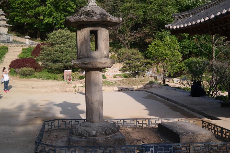 부석사 무량수전 바로 앞에 보물 부석사 석등이 있다.
