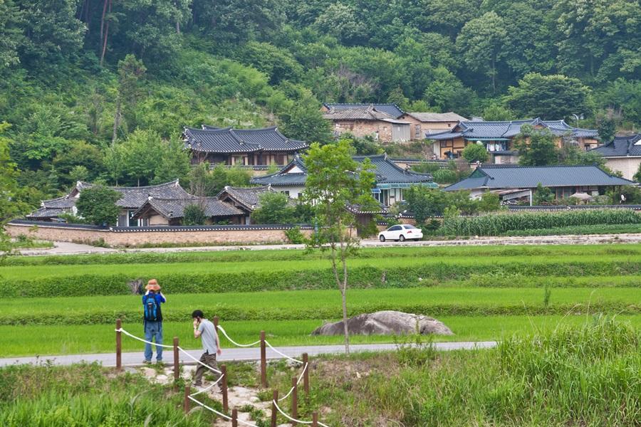 석천계곡을 지나 닭실마을로 접어들면 기와집들로 가득한 고풍스런 전통마을 분위기로 바뀐다.