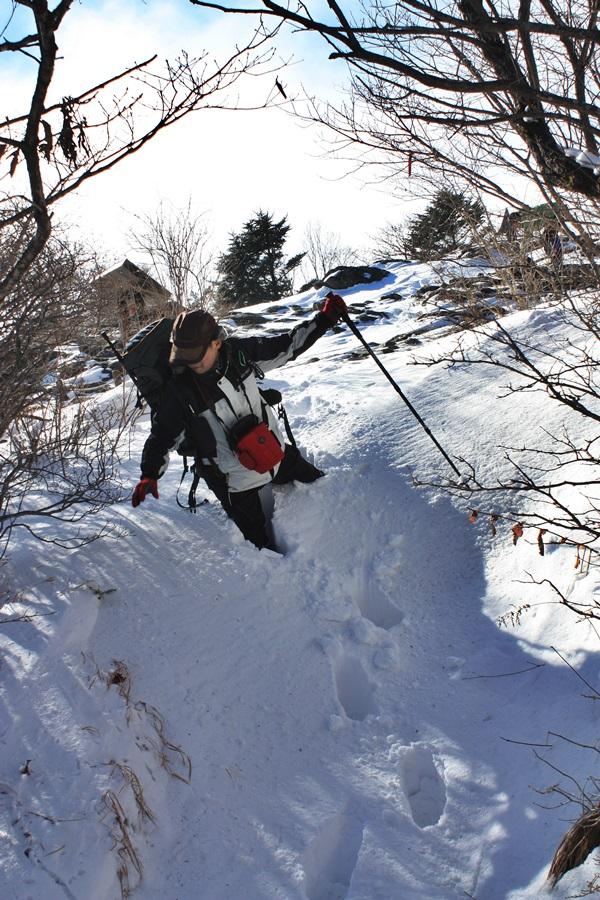 겨울 지리산은 항상 눈으로 덮여 있다. 허벅지까지 빠지는 눈을 헤치며 가는 등산객.
