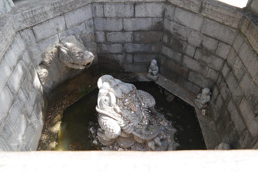 전염병이 돌 당시 우물의 물을 마시고 마을 주민들이 씻은 듯이 병이 나았다고 전한다.